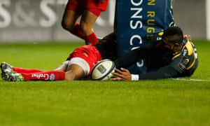 Wasps Frank Halai stretches round the post to force the ball down for his side's third try against Toulon.