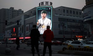 A screen in Wuhan shows a video paying tribute to medical workers sent from Shenyang.