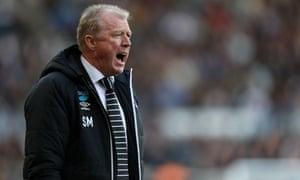Steve McClaren encourages his Derby County team against Leeds United.