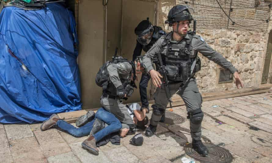 Clashes between Palestinians and Israeli security forces at al-Aqsa mosque