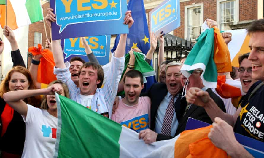 Supporters of the yes campaign celebrate the Lisborn treaty referendum result in Dublin, 3 October 2009
