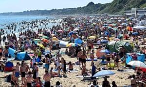 Les baigneurs profitent du soleil sur la plage de Bournemouth