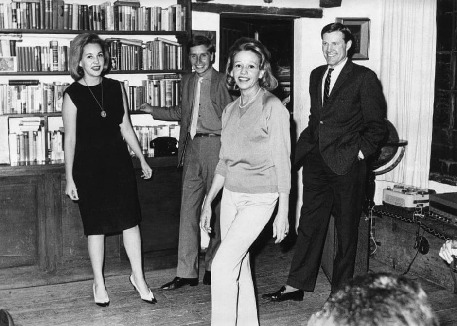 Чарльз Томас (крайний справа) рядом с писательницей Еленой Гарро (в центре) и дочерью Елены Хеленой (крайняя слева) с неизвестным мужчиной в гостях в Мехико, середина 1960-х годов. Фотография предоставлена Синтией Томас.