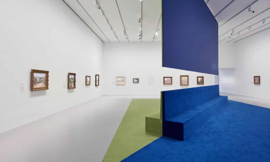 En una parte de la exposición, una barrera diagonal recorre la mayor parte de la sala, dividiéndola en dos mitades triangulares.
