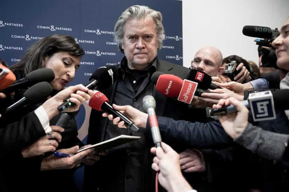 Steve Bannon s'entretient avec les médias lors du débat `` Souverainisme contre européanisme '' le 25 mars 2019 à Rome, Italie.
