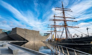 Reckless bravery … the V&A Dundee alongside the RSS Discovery.