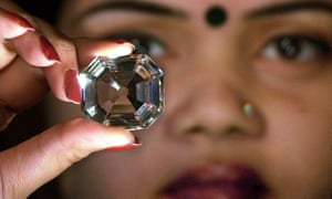 An Indian model displaying a replica of the Koh-i-Noor diamond