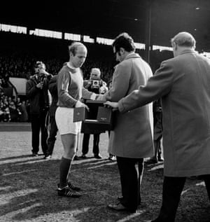 Bobby Carlton receives the Ballon d'Or