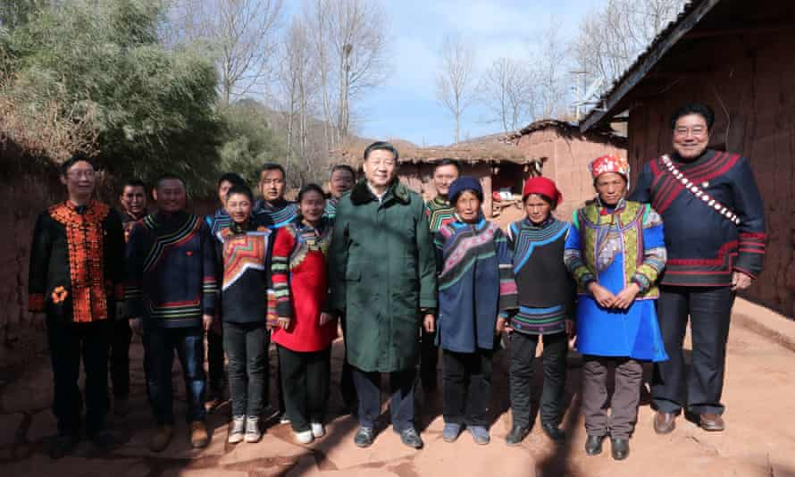 Xi Jinping poses with villagers