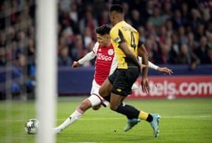Edson Alvarez fires in Ajax's second goal.