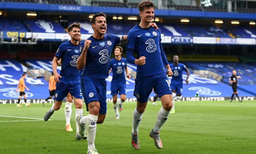 Mason Mount celebrates with César Azpilicueta after scoring Chelsea's first goal