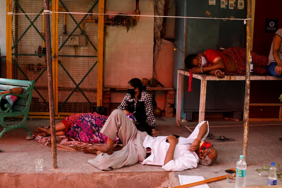 People with breathing problems caused by Covid-19 wait to receive oxygen in Ghaziabad, India, April 27, 2021.