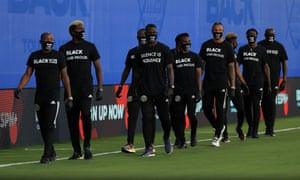 Spieler der Columbus Crew nehmen vor dem Spiel zwischen Orlando City und Inter Miami im Rahmen des MLS is back-Turniers an einer Zeremonie vor dem Spiel von Black Lives Matter teil