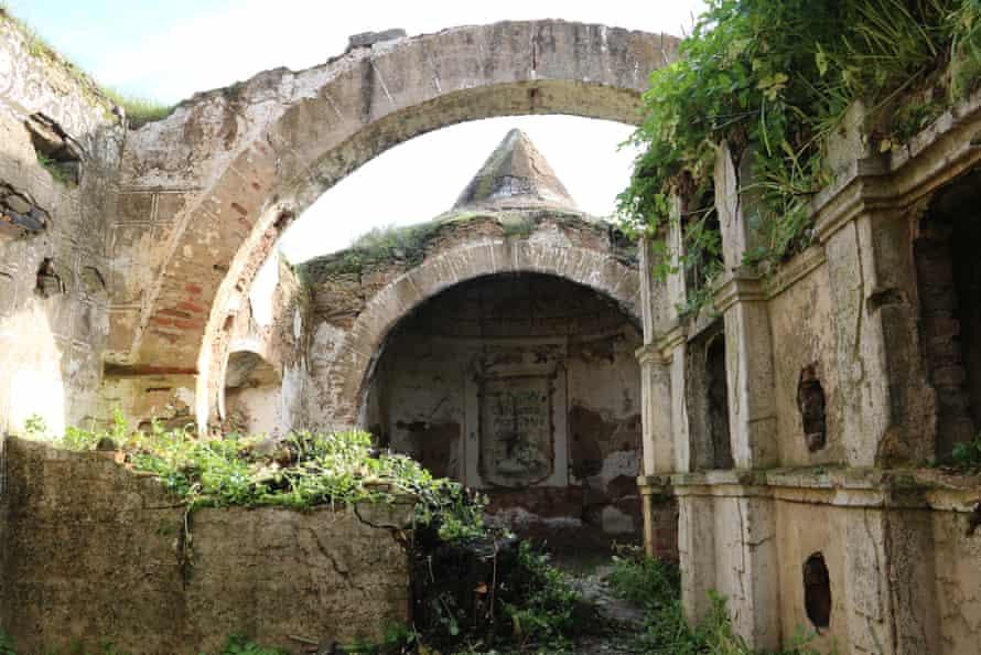 Ángeles malos - the Ermita del Santo Cristo de Talaván.