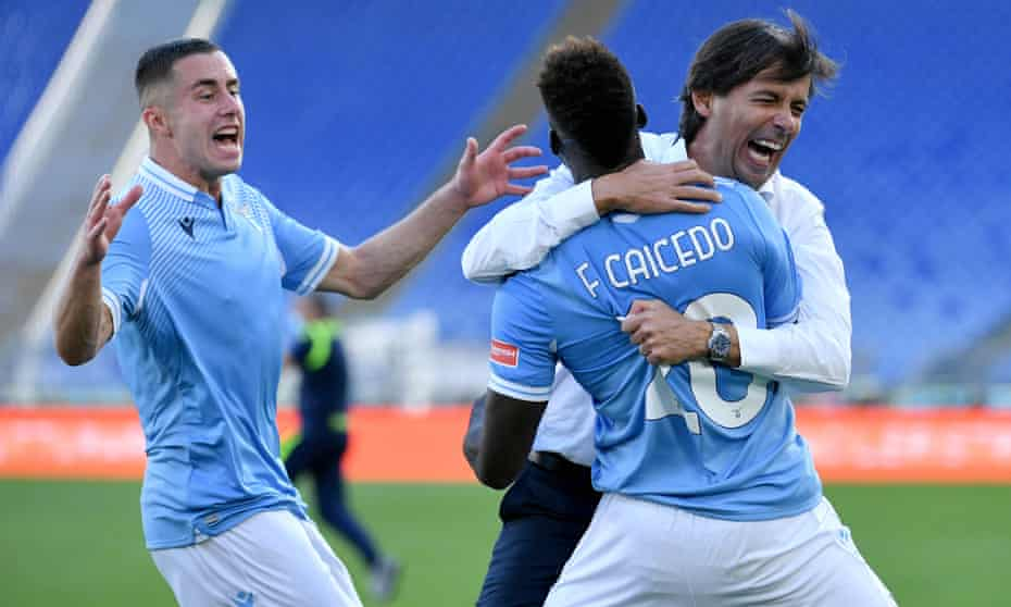 Felipe Caicedo celebrates with Lazio head coach Simone Inzaghi after scoring a 95th-minute equaliser.