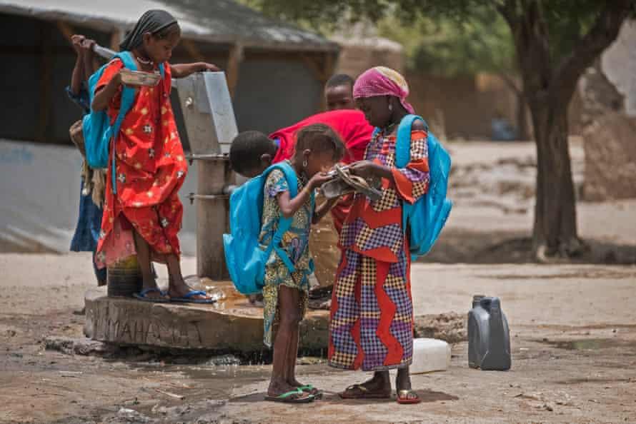 Boko Haram isyanı nedeniyle çocuklar evlerinden kaçmak zorunda kaldılar, Çad'ın Göl bölgesindeki Bol'daki bir okul bahçesinde su içtiler.