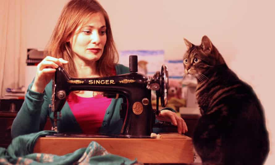 Anna Niman with her 1920s Singer sewing machine, accompanied by Pussy Cat