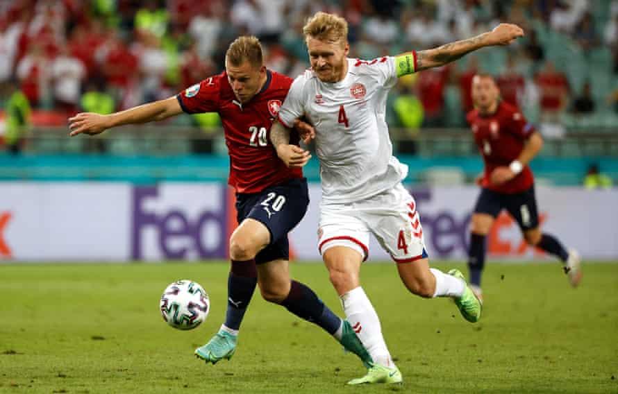 نبرد سیمون کور با ماته ویدرا از جمهوری چک در جریان پیروزی یک چهارم نهایی دانمارک.