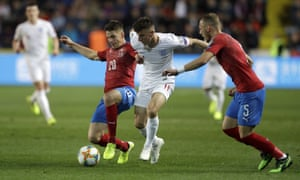 England's Mason Mount competing for the ball with two Czech Republic players.