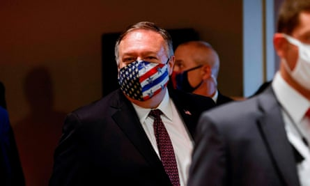 Mike Pompeo wearing a face mask