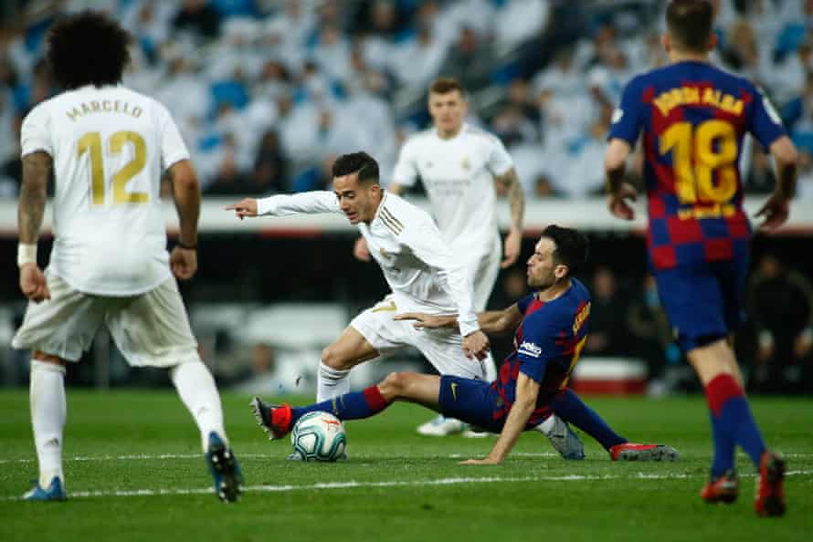 Vázquez goes past Barcelona's Sergio Busquets in March