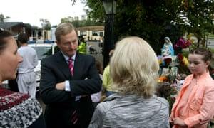 恩达肯尼在都柏林以南的美高梅现场与人们交谈