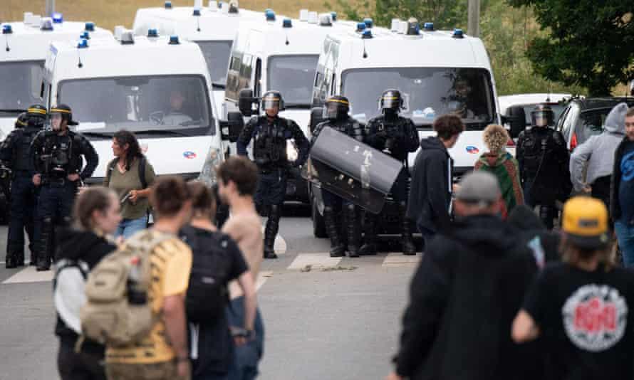 افسران پلیس پس از حمله غیرقانونی در یک مزرعه در ردون ، شمال غربی فرانسه ، افراد مهمانی را تخلیه می کنند.