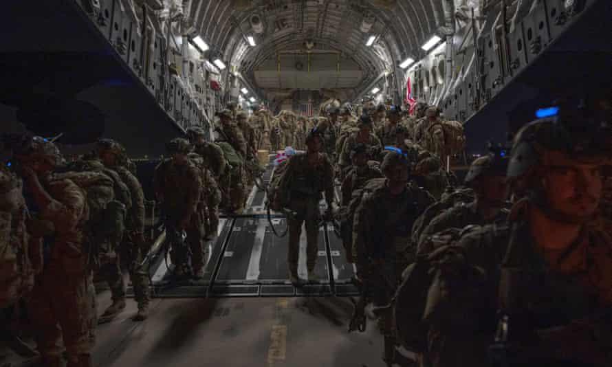 ABD askerleri, son Amerikan askerlerinin Afganistan'ı terk etmesiyle Salı günü Kuveyt'te karaya çıktı.