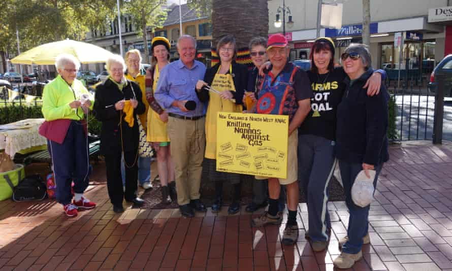 Tony Windsor meets the Knitting Nannas and local indigenous leader Cyril Sampson on the campaign trail in Tamworth.
