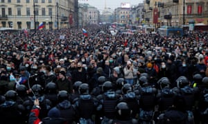 A huge crowd on the St. Petersburg street was blocked at the end of the camera by a large contingent of riot police