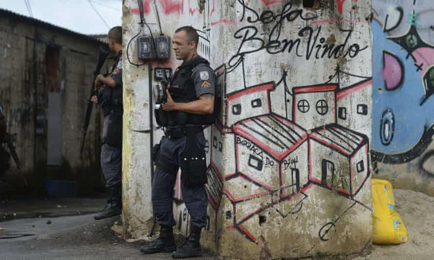 Military police conduct beat patrols and have set up an armed base in Complexo do Alemo, in the north of Rio de Janeiro to help in tackling drug trafficking and drug related crime.
