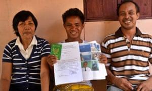 Aldi Novel Adilang with his parents