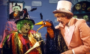 Carol Lee Scott pointing her bazazzer at Emu and Rod Hull in an episode of Emu's Pink Windmill Show.