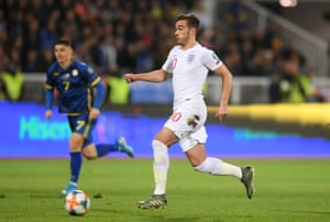 Harry Winks runs with the ball.