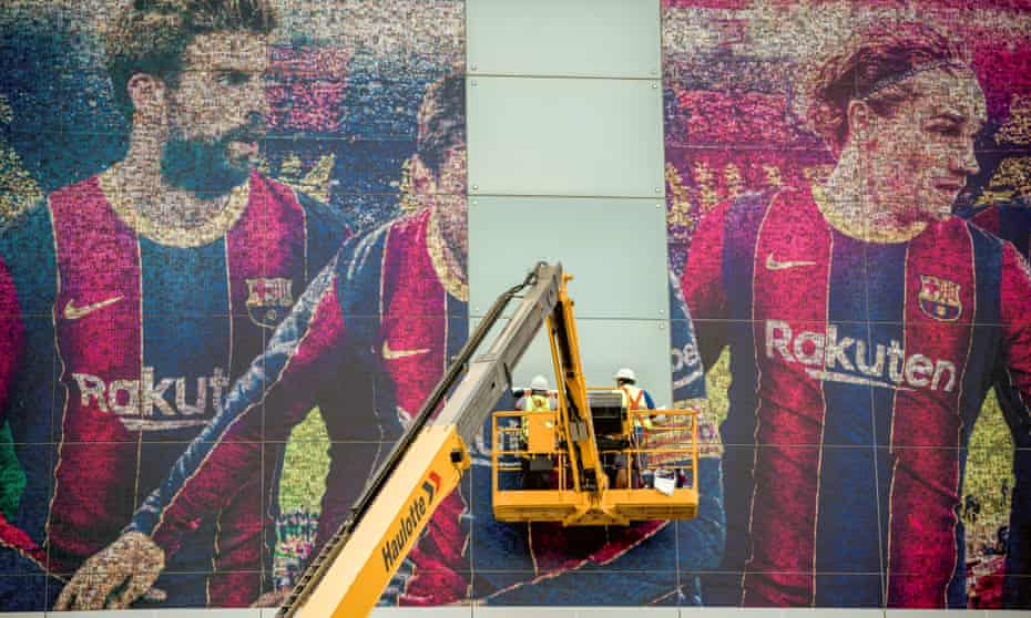 Lionel Messi's portrait is removed from the Camp Nou facade