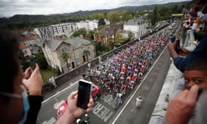 General view of the start of Stage 9 from Pau to Laruns.