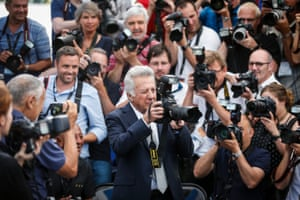 Dustin Hoffman holds a camera and joins the crowd of photographers