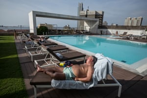The rooftop pool of the Epic Sana hotel in Luanda