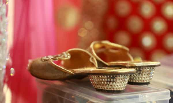 Shoes, as well as makeup and jewellery, are also provided by the shop.