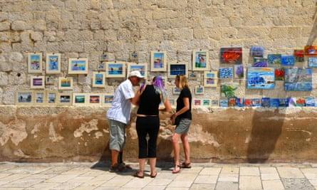 Haggling over artworks in Croatia