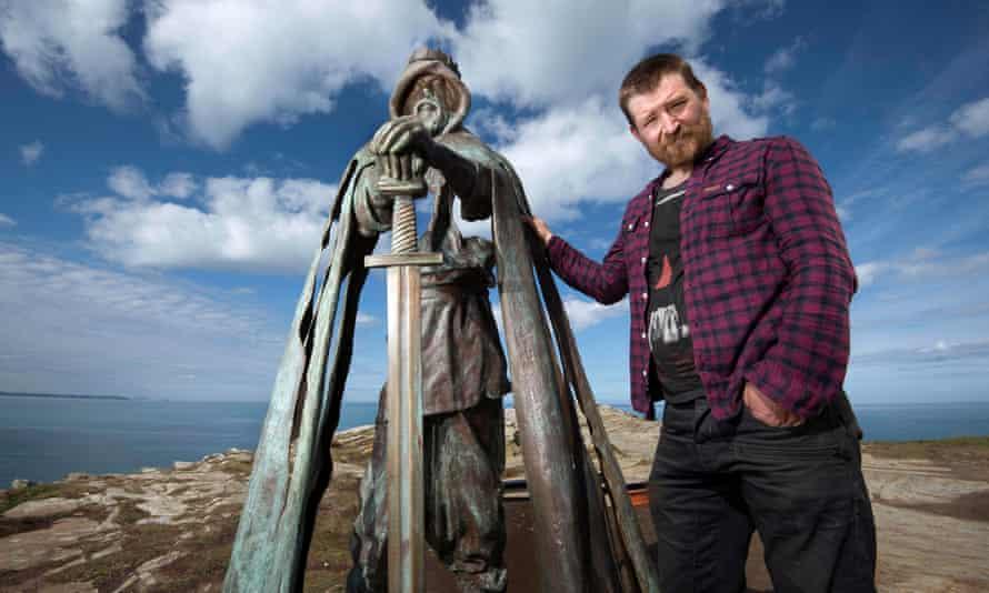 The sculptor Rubin Eynon with his work.