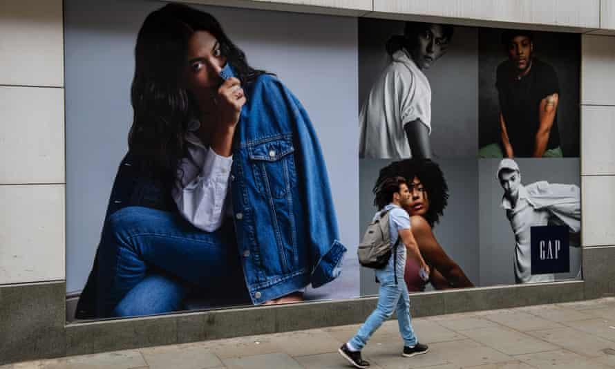 Los compradores pasan por la tienda Gap en Oxford Street en Londres, Inglaterra.