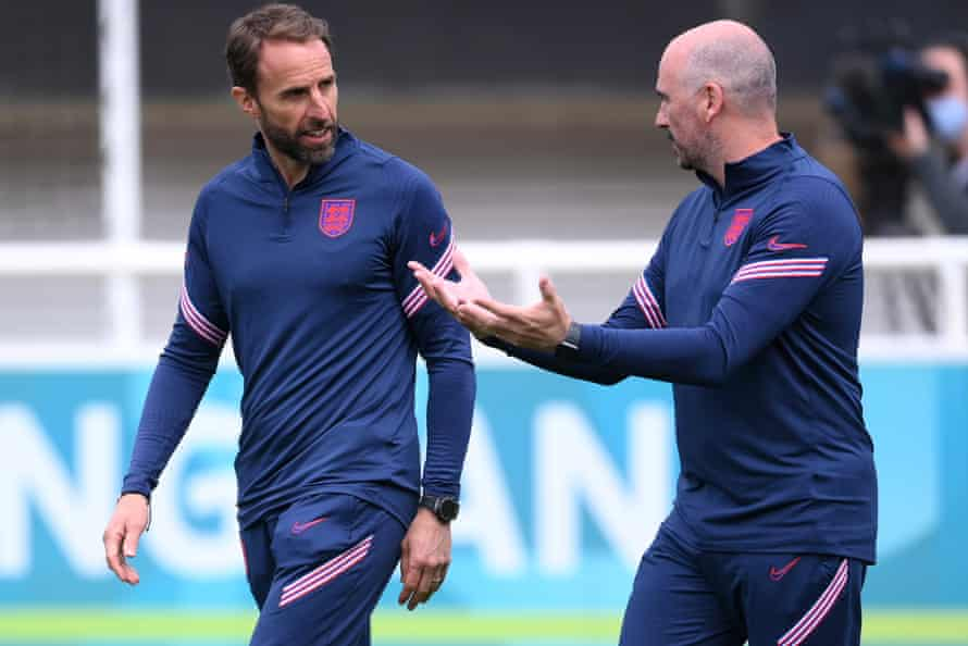 Gareth Southgate speaks with Dr Ian Mitchell, the head of performance psychology.