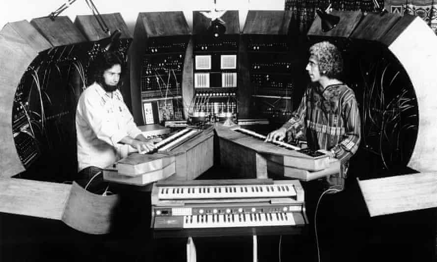 مالکوم سیسیل ، راست ، و رابرت مارگولف به طور زنده در نقش Tonto's Expanding Head Band در 1974 زندگی می کنند.