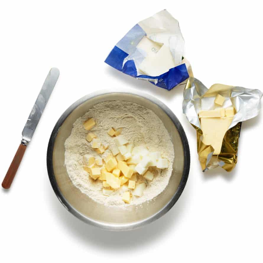 Empiece por la masa.  Coloque la harina, el azúcar y la sal en un tazón grande o procesador de alimentos y mezcle.  Corta la grasa en cubos pequeños y agrégala al tazón, o rallala directamente en la mezcla y luego córtala en la harina hasta que esté bien combinada.  Agregue el vinagre y luego suficiente agua muy fría para juntarlo todo en una masa (dos o tres cucharadas deberían hacerlo), luego envuelva bien y enfríe durante al menos 30 minutos antes de usar.