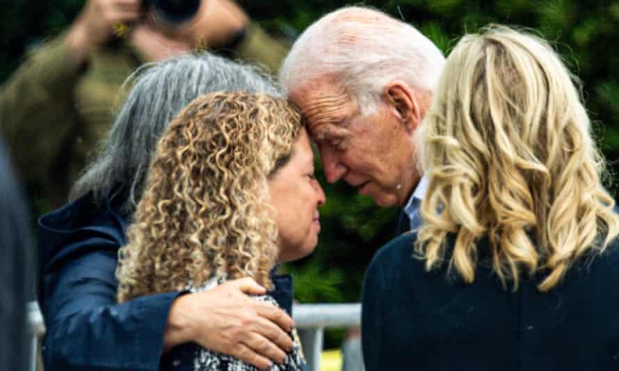 Joe y Jill Biden durante una visita a Surfside, Miami, donde se reunieron con la alcaldesa del condado de Miami Dade, Daniella Levine, y familiares de las víctimas del colapso del condominio.
