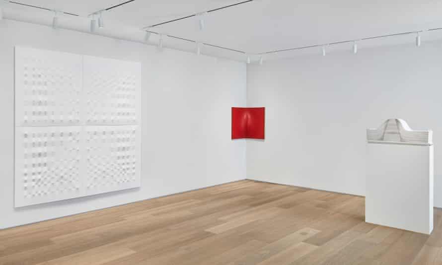 Enrico Castellani: Interior Space – installation view, New York, 2016.