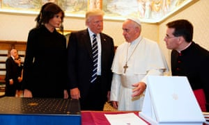 Francis exchanges gifts with Donald and Melania Trump