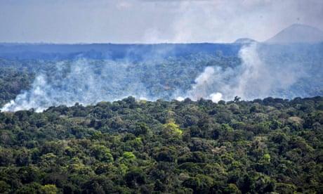 Ondas de fumaça em um incêndio na floresta amazônica em Oiapoque, estado do Amapá, Brasil, em outubro passado.