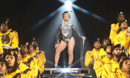 Beyoncé's opening outfit referencing Nefertiti.